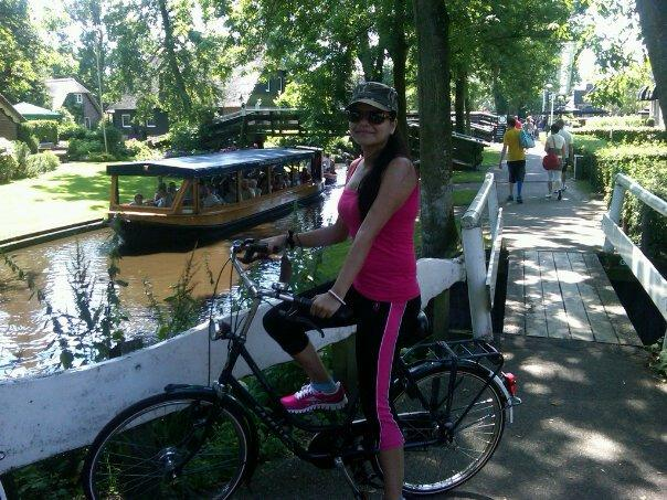 cycling in Giethoorn