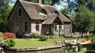 Adorable cottages in Giethoorn, Holland