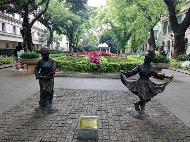 Bronze statues shamian island